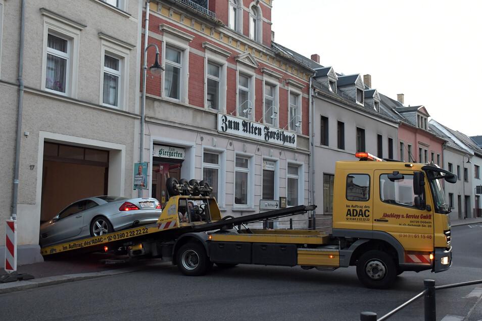 Der ADAC zieht den Mercedes aus der Toreinfahrt.