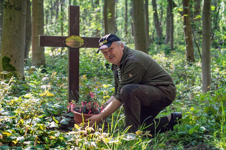 Ein Holzkreuz und ein Blumengruß, den Heimatfreund Jens Schmidt am Jahrestag der Ermordung abgestellt hat, erinnern am Rande eines Waldweges in Gersdorf bei Roßwein an Daniel von Hoenning O`Carroll.