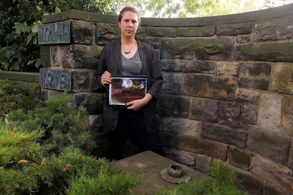 Lara Schink, Friedhofsverwalterin, vor der Stelle, an der das Kreuz stand.