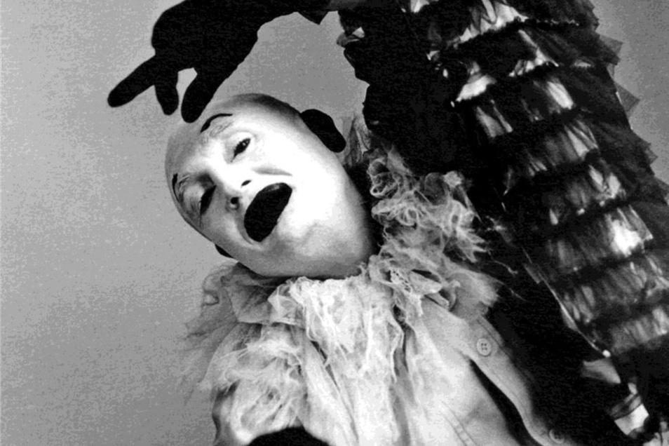 """Der Mut zum Experiment: Seit 1961 ist Rolf Hoppe Ensemblemitglied am Dresdner Schauspiel. im Jahr 1980 spielt er dort den Narren in """"Richard IV"""" als akrobatischen Harlekin."""