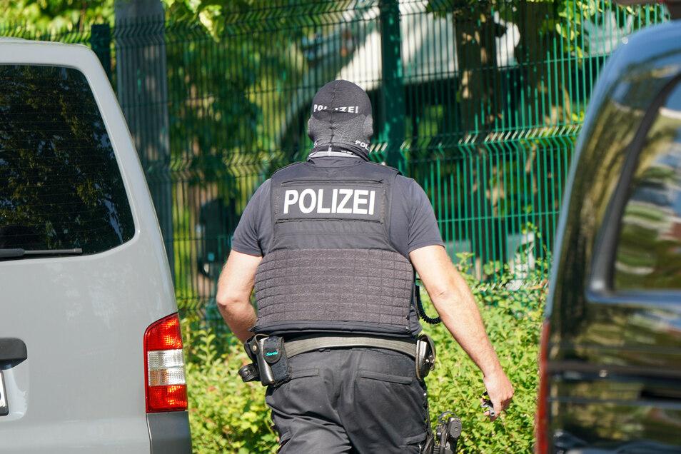Bundespolizei steht bei einer Razzia vor einem Haus in Leipzig Grünau. Die Beamten haben am Mittwoch bundesweit mehrere Razzien durchgeführt.
