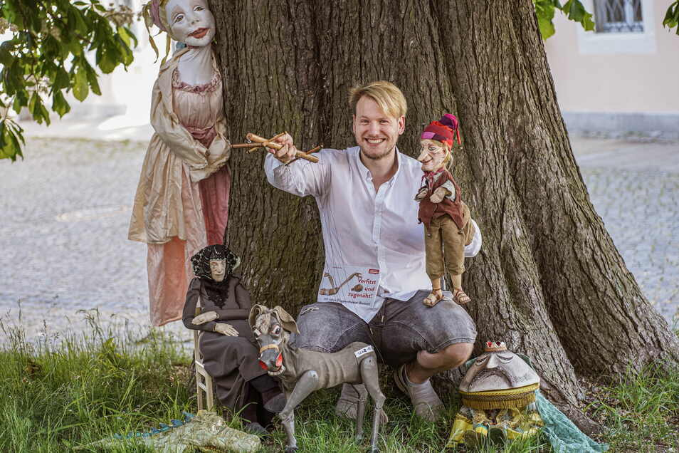 """Sechs Figuren aus 60 Jahren: Der Bautzener Puppentheaterleiter Stephan Siegfried bringt zum Jubiläum die Puppencomedy """"Verfitzt und zugenäht"""" auf die Bühne im Theatergarten."""