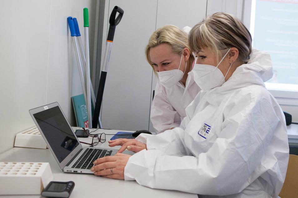 Die Krankenpflegerinnen Anita Mißbach (links im Bild) und Eva Radovska arbeiten am Computer im Corona-Schnelltest-Zentrum in Kodersdorf.