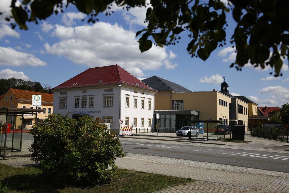 Noch steht ein Bauzaun vor dem neuen Gemeindezentrum in Ullersdorf. Unter anderem wird der Windfang vor der Eingangstür noch aufgebaut. Auch im Innern des Gebäudes müssen noch einige Arbeiten erledigt werden. Einen offiziellen Einweihungstermin gibt es no