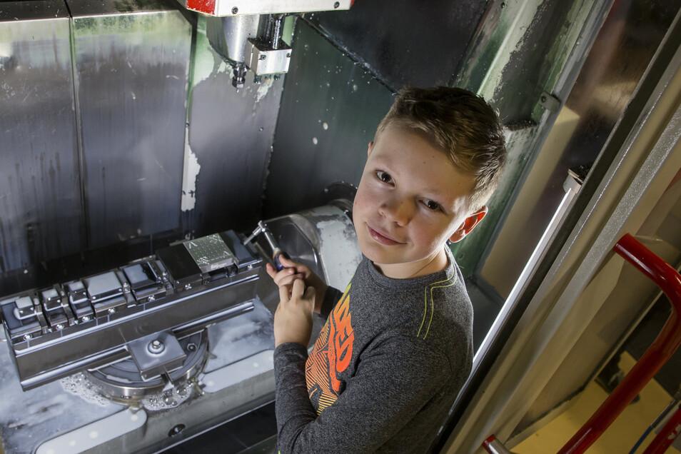 Tom aus der 7.Klasse der Oberschule Klingenberg sieht sich den Automaten an, der für ihn ein Weihnachtsgeschenk fräst.