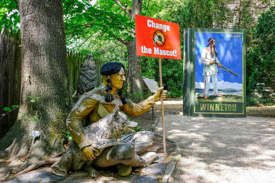 Symbolik im Garten des Karl-May-Museums: Weil an den Figuren der Lack blättert und teils auch Stücke fehlen, wurde eine Installation draus, die auf die Situation der heute lebenden Indianer in den USA aufmerksam macht.