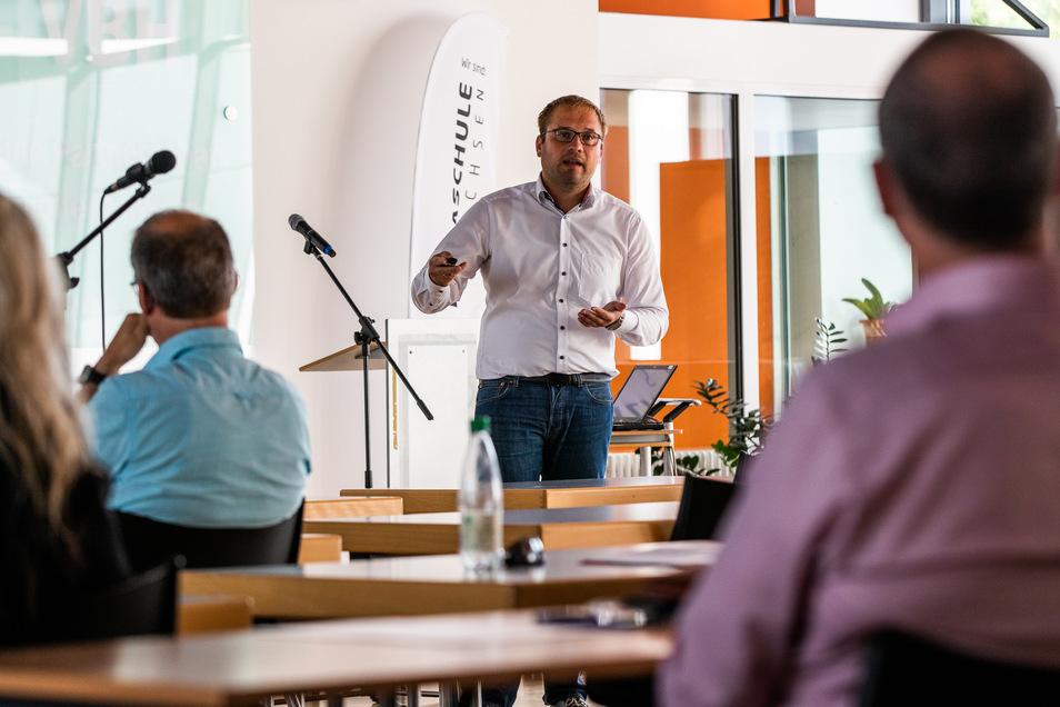 """Vortrag zum Thema """"Digitales Bauen"""" von Thomas Welsch, Program Manager Campus Networks der TU Dresden, in der Aula des Foucaultgymnasiums Hoyerswerda."""