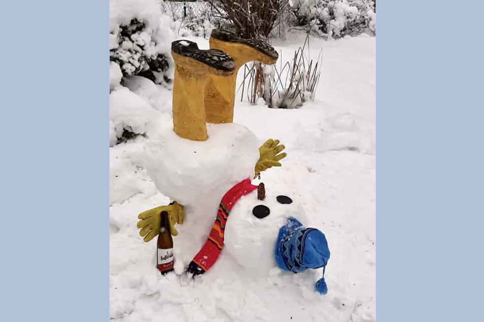 Hoppala! Was hat denn diesen Schneemann aus der Bahn geworfen? Die großen Gummistiefel oder doch das Hopfengetränk... Gebaut wurde der Schneemann von Frank Heinze und seiner Familie in Rosenthal.