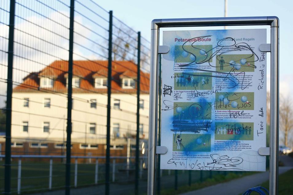 Schmierereien am Sportplatz Reichenberg. Die Spur zieht sich durch den ganzen Ort und auch durch Boxdorf.