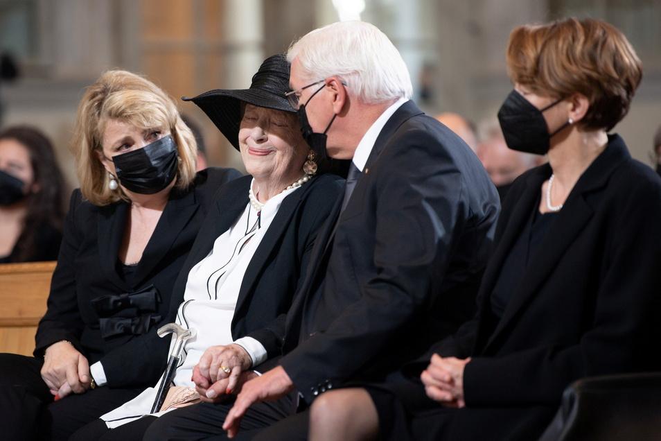 Ingrid Biedenkopf wurde von Steinmeier in die Kirche geführt.