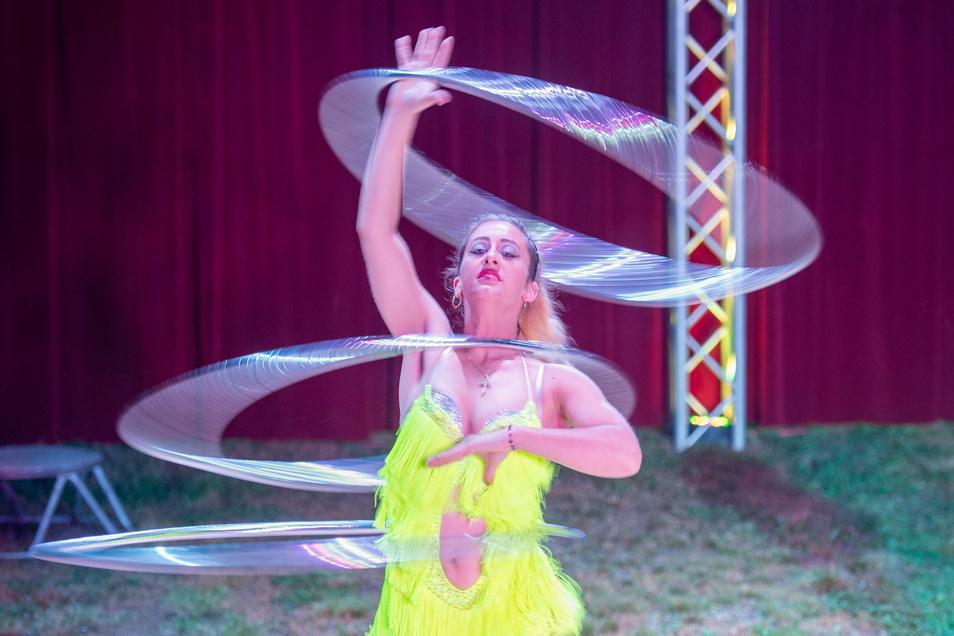 Joenna Buch präsentiert eine Darbietung mit Reifen. Die 30-Jährige ist Mama von drei Mädchen, die ebenfalls schon im Familienzirkus auftreten. Als Clown, Akrobatin oder gar in acht Meter Höhe.