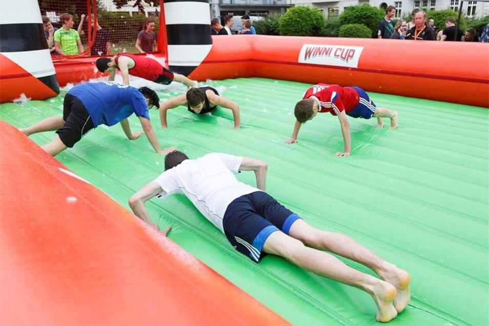 Regeln gab es trotzdem: Flog der Ball über die Hüpfburg hinaus, waren füren die Spieler Liegestütze angesagt.