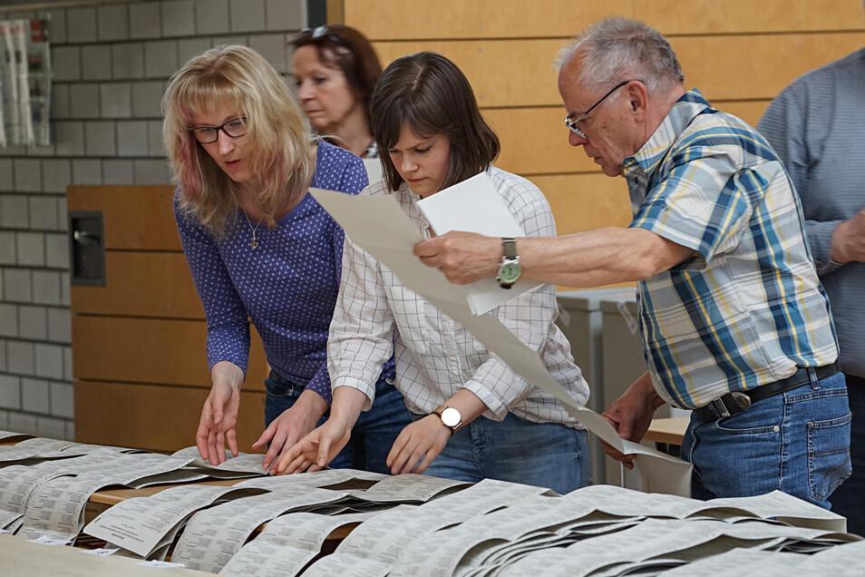 Handarbeit bis spät in die Nacht: Tausende Stimmzettel wurden in den Wahllokalen im Landkreis Bautzen ausgezählt.
