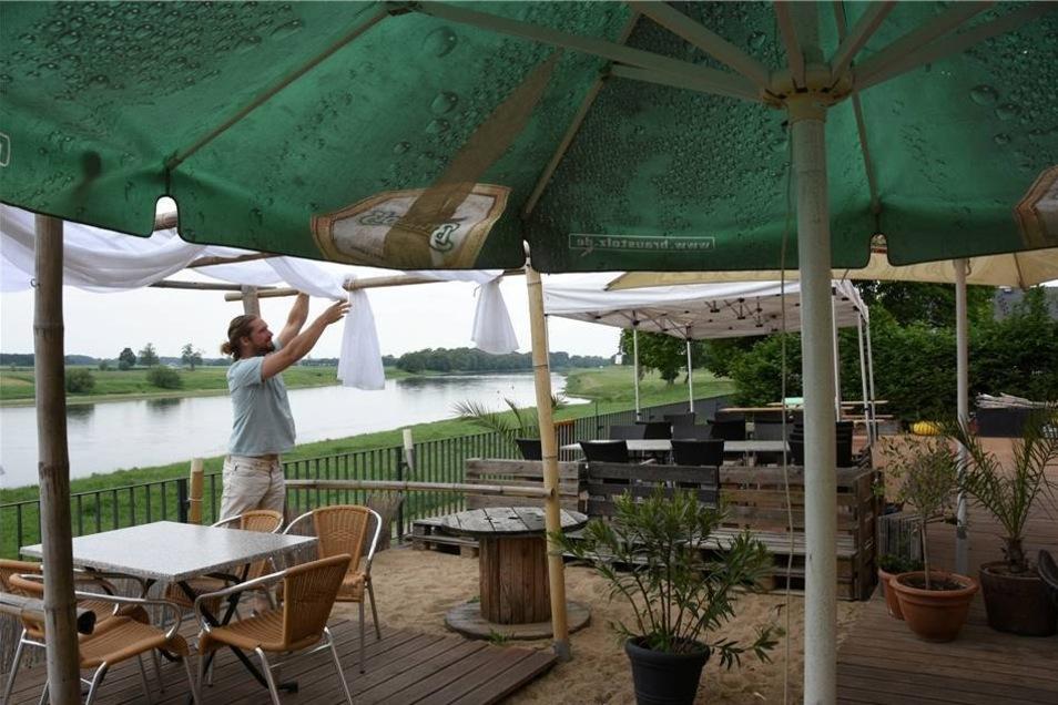 BarBados Nünchritz Karibisches Flair direkt an der Elbe gibt es im BarBados in Nünchritz. Dort lassen sich Cocktails auch im Liegestuhl genießen.  Geöffnet: Montag Ruhetag; Dienstag-Donnerstag 11.30 bis 22 Uhr; Freitag/Sonnabend ab 11.30 Uhr; Sonntag 11.30 bis 21.30 Uhr. Preise: 0,5 l Fassbier 3,60 Euro, 0,2 l Wasser 1,90 Euro Spezialität: Barbecue