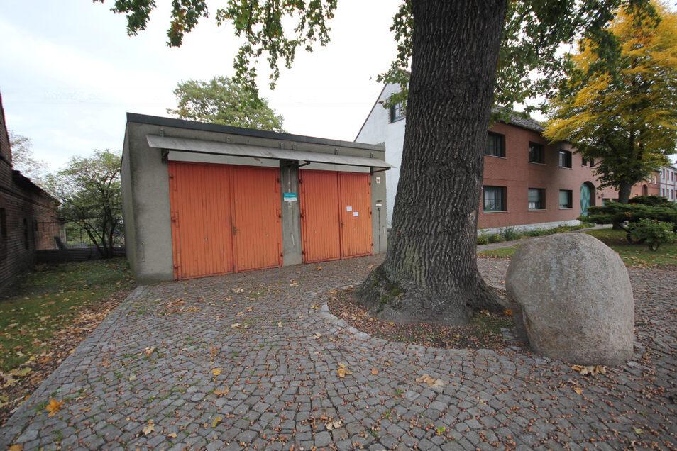 Das ist das Sabrodter Feuerwehrgerätehaus vom Baujahr 1968. Im Prinzip handelt es sich um eine Doppelgarage. Kein Wunder, dass ein neues Gerätehaus gewünscht wird.