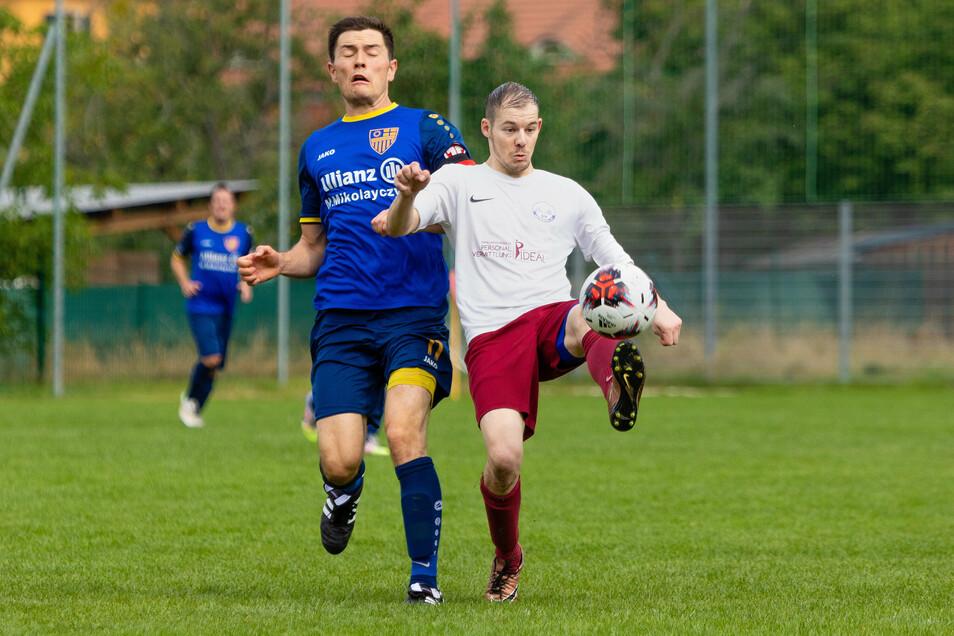 Sebastian Reichelt (l.) vom SV Helios im Duell mit dem Loschwitzer Kay Prüfer.