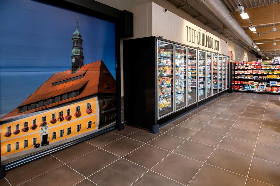 Die Verbindung zu Neustadt - eine Großaufnahme des Rathauses, platziert an einer zwischen den Kühlregalreihen.