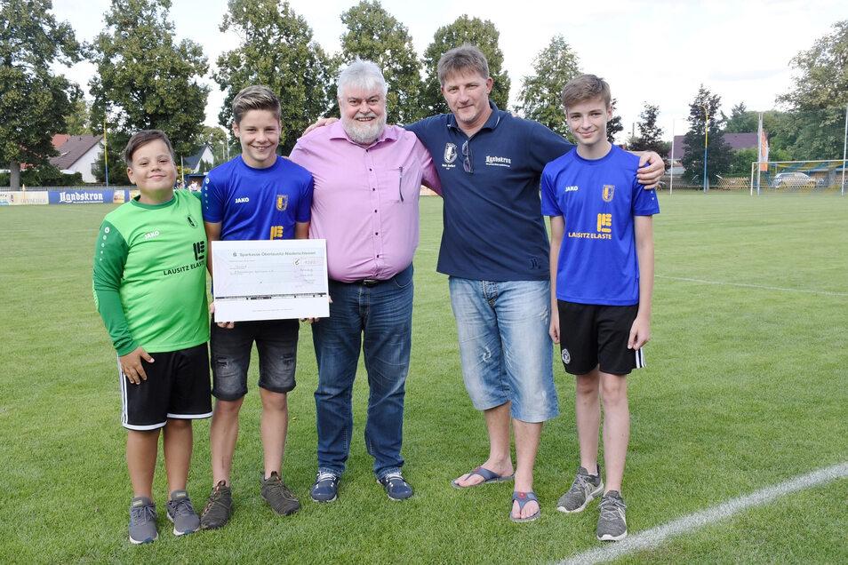 Vereinschef Maik Seifert (2.v.r.) und die Jugendkicker des 1. Rothenburger SV sind froh, dass Lausitz Elaste-Geschäftsführer Ulrich Dedeleit den Rothenburger Jugendfußball mit einem Preisgeld bedacht hat.