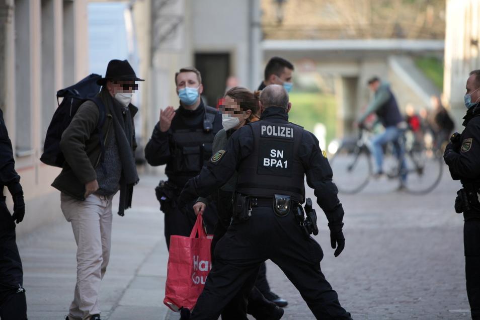 Kontrolle am Rande der unangemeldeten Corona-Demo in der Pirnaer Altstadt. Eine Frau versuchte, an einer Strafe herumzukommen.