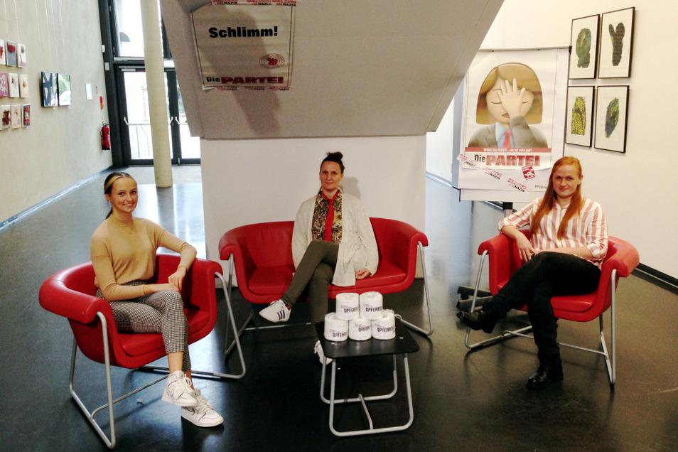 Nele Anika Börner, Isabell Huth und Sandra Wiedemann (von links nach rechts) sind der Vorstand des Hoyerswerdaer Ortsverbands der PARTEI – coronagerecht auf Abstand, aber inhaltlich ganz nah beieinander.