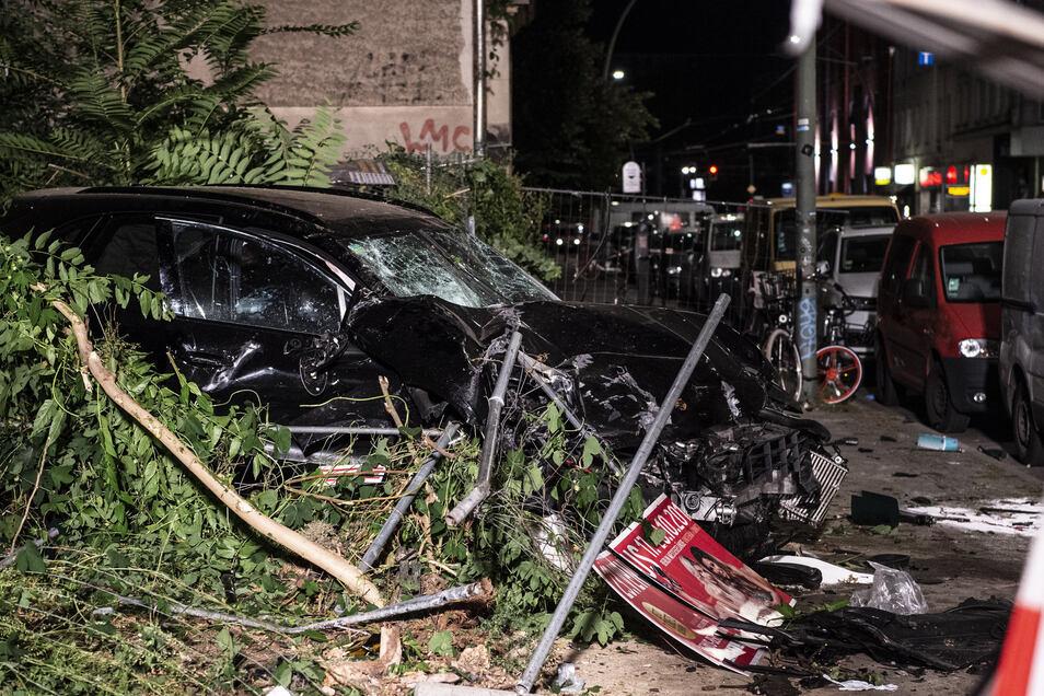 Ein zerstörter SUV steht am 7. September auf einem Grundstück. Im Stadtteil Mitte. Bei dem Unfall  waren vier Menschen getötet worden.