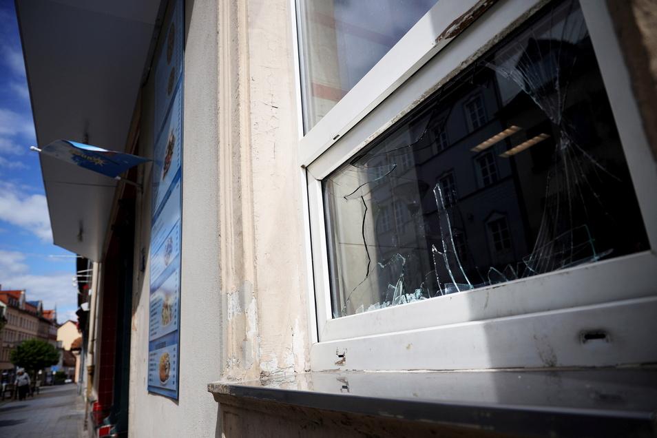 Mit einem Pflasterstein zerstörten Unbekannte mehrere Scheiben an einem Döner-Imbiss auf der Hauptstraße in Riesa.