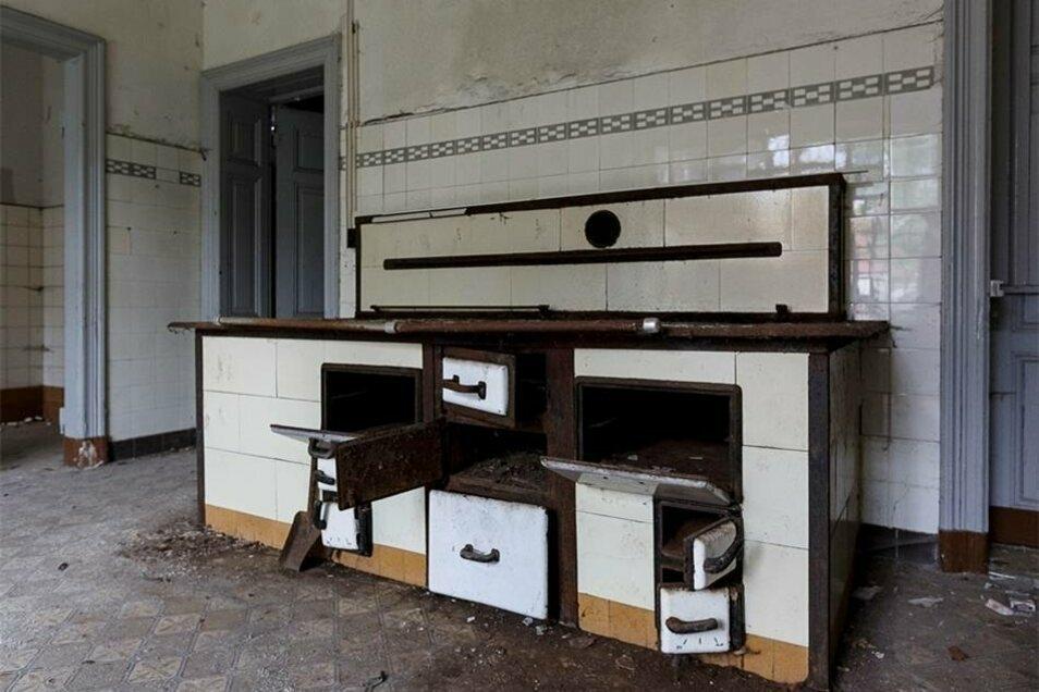 ...während im Erdgeschoss die Kochmaschine inclusive einer Durchreiche fürs Essen in der Tür rechts steht.