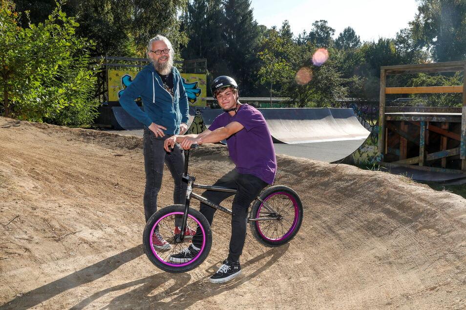 Jugend- und Sozialarbeiter Rocco Zoschke (links) mit Robin Heine am neuen Dirtpark, der gleich an den Skatepark in Zittau-Ost angrenzt.