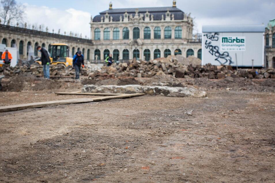 Freigelegt wurden auch über 300 Jahre alte Reste des einstigen Zwingergartens. Sichtbar ist das unter anderem an diesem dunklen Streifen im Vordergrund, der einst bepflanzt war.
