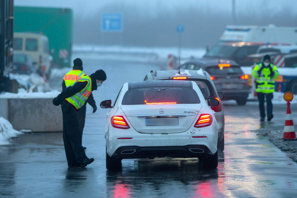 Auf der Autobahn 17 zwischen Prag und Dresden sollen Schleuser aus NRW versucht haben, vier Menschen nach Deutschland zu bringen.