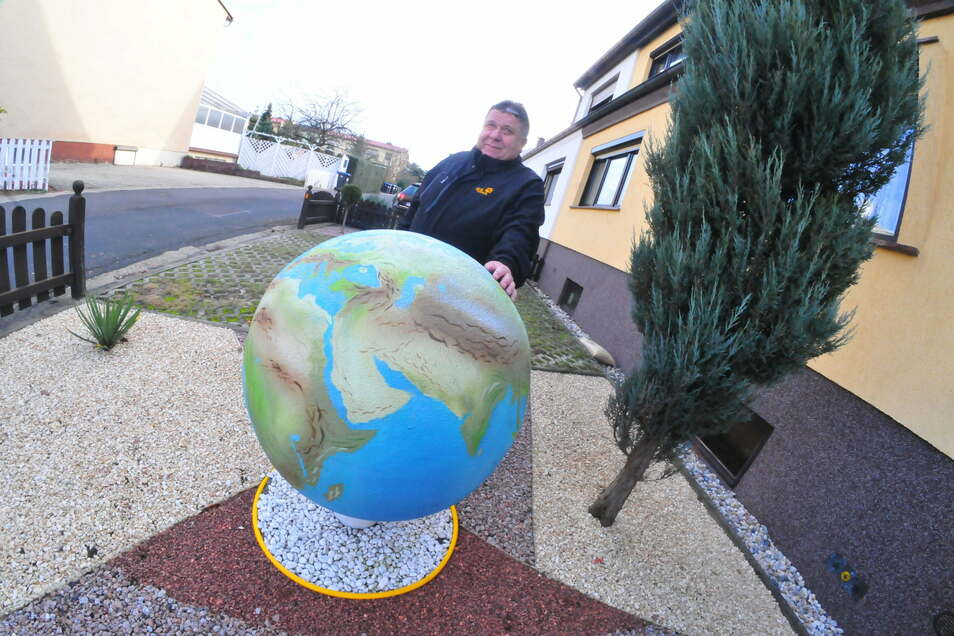 Hans Thiele hat eine Kugel offiziell in seinen Vorgarten am Bobersberg gestellt und sie als Weltkugel bemalt.