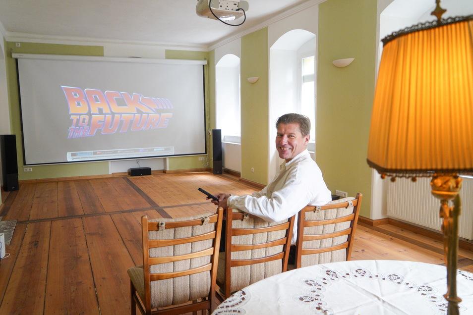 """Im Kuppritzer Schloss gibt es jetzt ein kleines Kino. Als ersten Film zeigte Schlossbesitzer Sebastian Flämig """"Zurück in die Zukunft""""."""