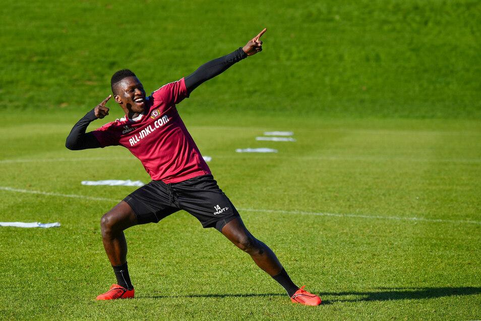 """Gute Laune im Trainingslager: Moussa Koné, Gewinner des internen Sprintwettbewerbs,  feiert sich mit der """"Usain Bolt-Pose"""" ."""