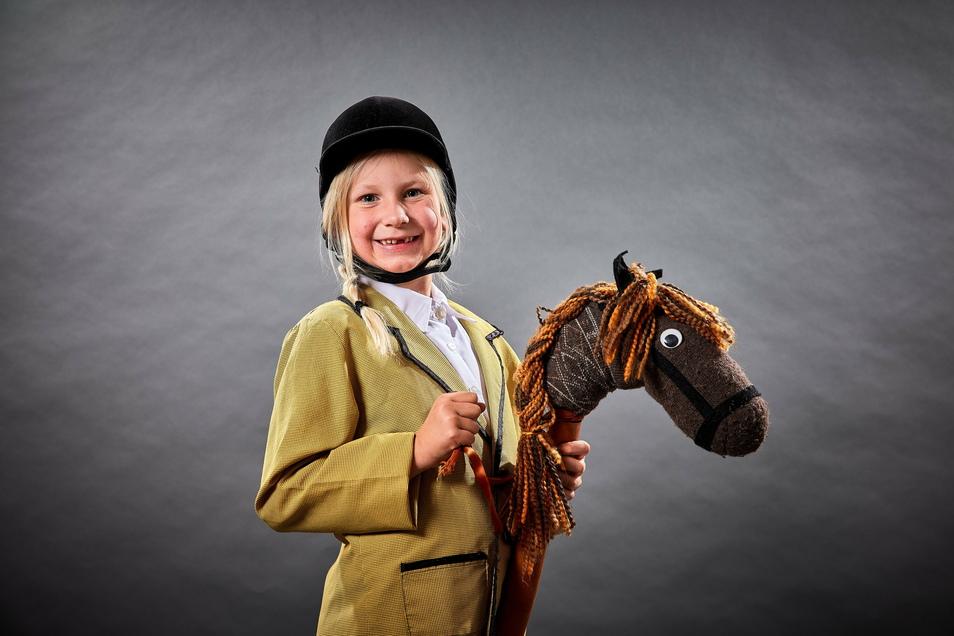 Selma Luisa Entrich hat sich hinter dem 22. Türchen des SZ-Adventskalenders in einer Reiterin verwandelt.
