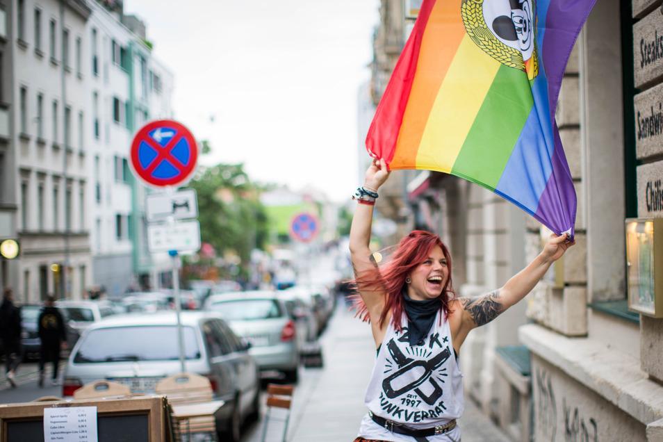 Etliche Neustädter haben am Wochende als Hommage an die Bunte Republik die Flagge der BRN gehisst und sich in kleinen Runden darunter zum Plausch versammelt.