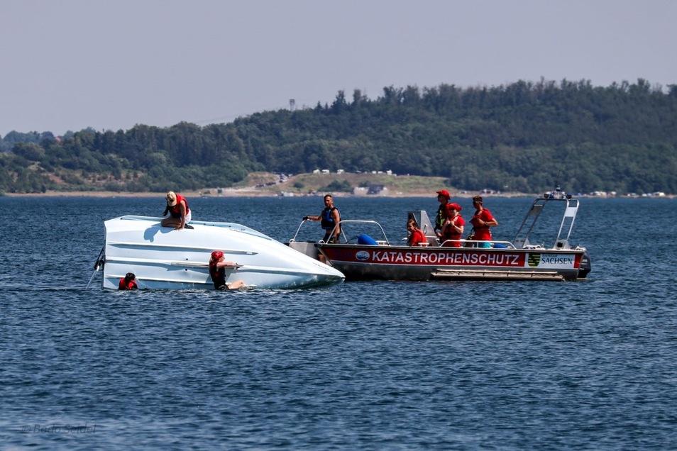 Im Sommer übte die DLRG auf dem Berzdorfer See auch, wie man gekenterte Boote wieder aufrichtet.
