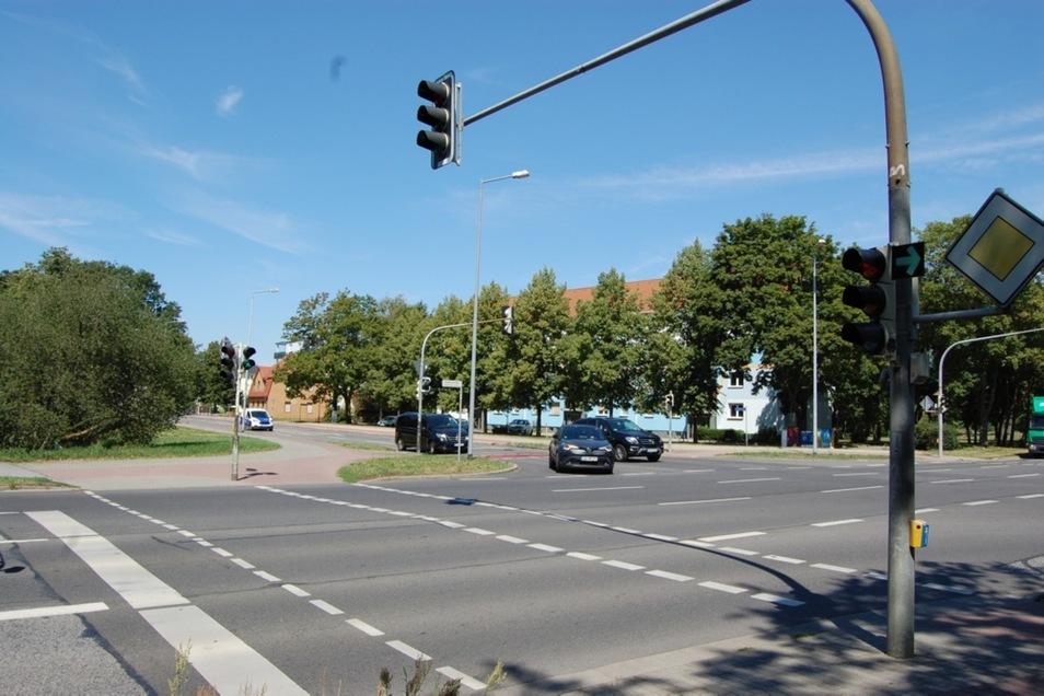 Es gibt den Verdacht, dass die Alte Berliner Straße schlechter beleuchtet ist als Elster- und Einsteinstraße. Im Herbst will das Verkehrsamt das überprüfen.