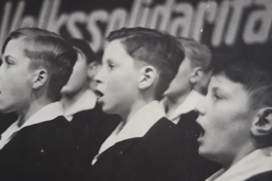 1944 wird Hans Jürgen Wächtler (Mitte) in den Kreuzchor aufgenommen. Er liegt im Alumnat im Bett, als die Bombardierung der Stadt beginnt. Die Kruzianer flüchten, nicht alle überleben die Nacht.