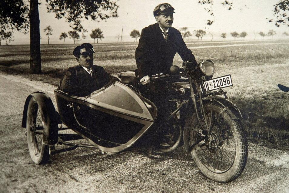 Mit dem Dienstmotorrad von 1926 bestritt Gründer Oskar Hönisch (rechts) in den 1930er Jahren stets seinen Dienstweg als Malermeister.
