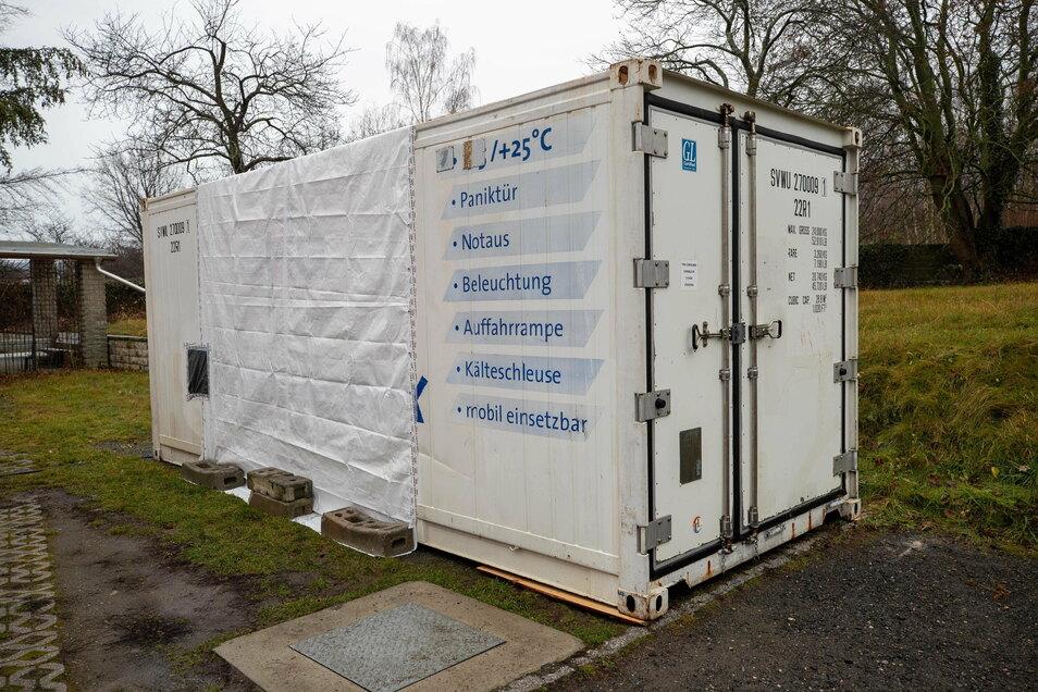 Behelfslager für Tote: Weil die Kapazitäten erschöpft sind, hat Bestatter Billing diesen Kühlcontainer an seiner Firma aufstellen lassen.