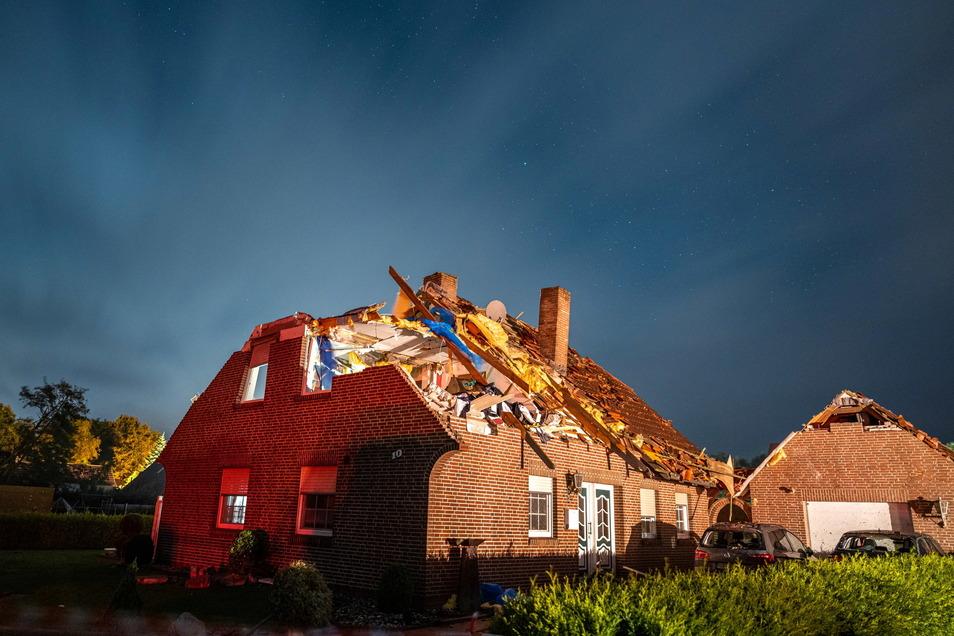 Niedersachsen, Berumerfehn: Ein vom Tornado stark beschädigtes Haus, dessen Dach abgedeckt wurde.