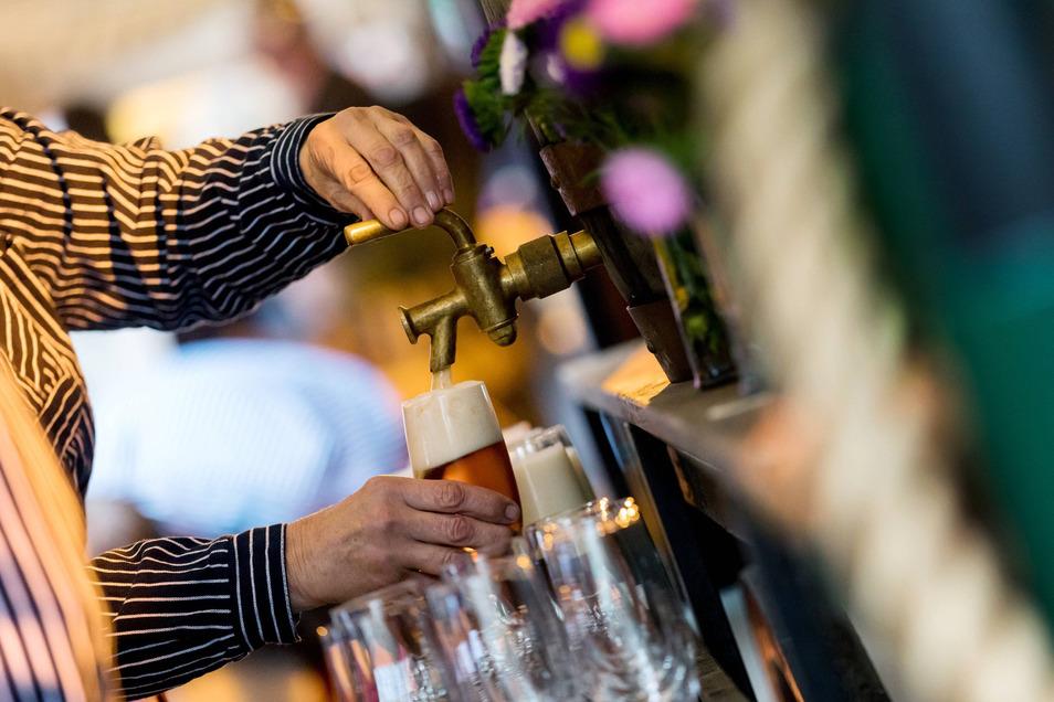 Die Flaschenverkäufe an private Verbraucher können den fehlenden Bierabsatz in den Gaststätten nicht kompensieren.