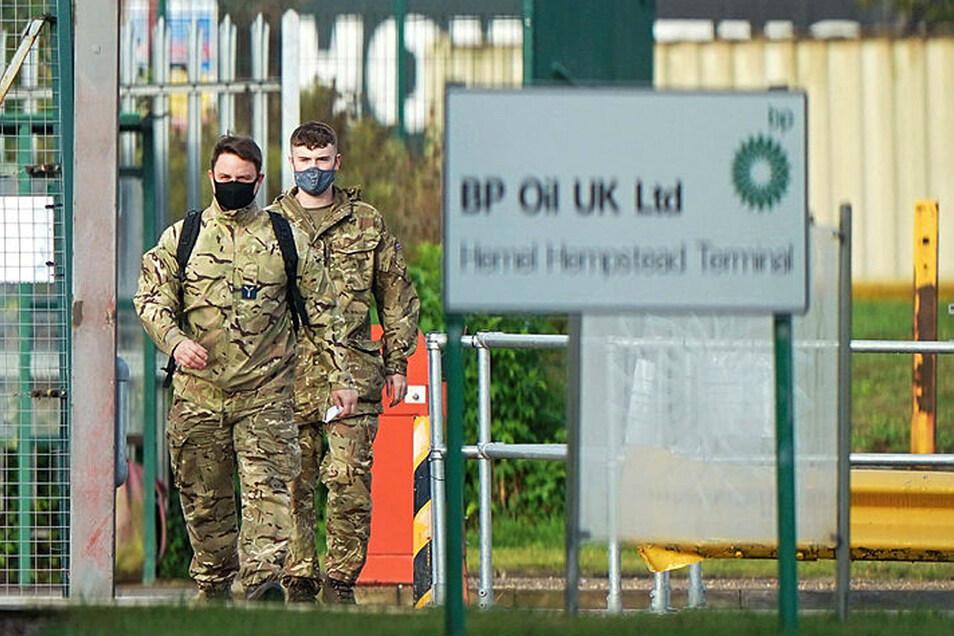 Angehörige der Streitkräfte im Öllager Buncefield, dem so genannten Hertfordshire Oil Storage Terminal, in Hemel Hempstead. Etwa 200 Militärangehörige, darunter 100 Lastwagenfahrer, sollen helfen, die Nachschubschwierigkeiten an Tankstellen in den Gr