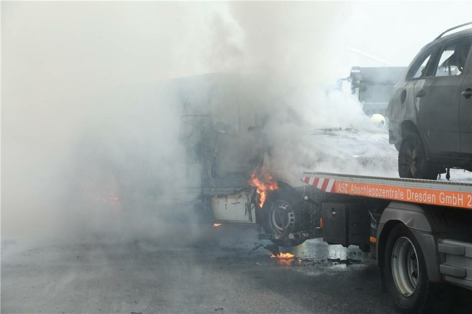 Die beiden Fahrzeuge gehören der Bundeswehr. Sie waren nach einem mutmaßlichen Brandanschlag in der Nacht abgeschleppt worden.