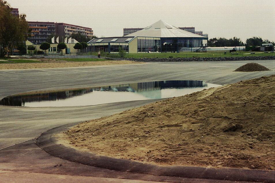 1999 wurde das Familienbad eingeweiht, zwei Jahre später der asphaltierte Gondelteich geflutet (Foto). Zwei Jahrzehnte später könnte Hoyerswerda die Gestaltung des Areals bis zum Haltepunkt Neustadt in Angriff nehmen - mit der Landesgartenschau.