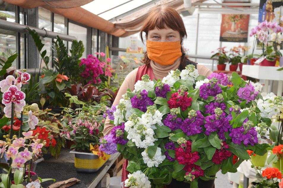 Margit Pohl von der Gärtnerei Fuchs kann die Blumen ihren Kunden nicht durch eine Plexiglasscheibe reichen. Die Maske bleibt zumindest im Verkaufsraum auf. Den ganzen Tag damit herumlaufen, ist allerdings nicht machbar.