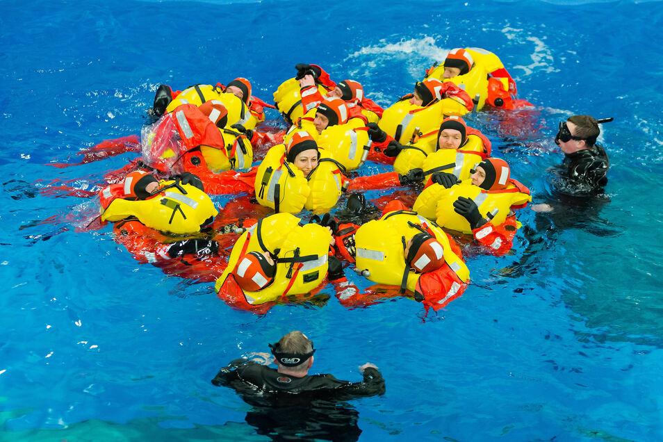 Huddle nennt sich so ein Rettungs-Rudel im Wasser.