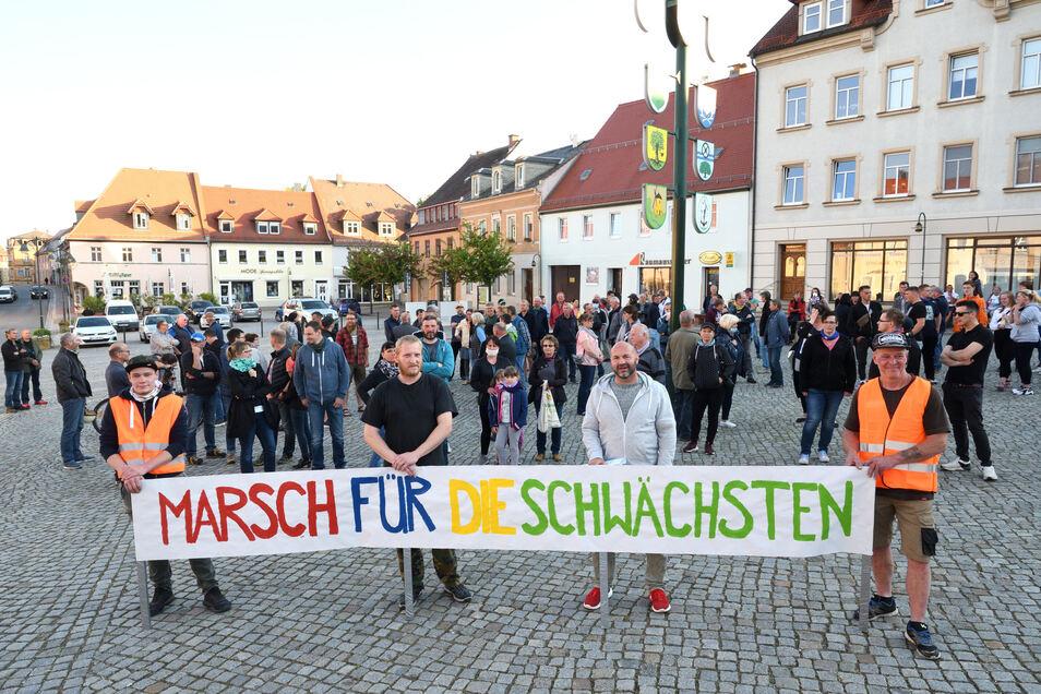 Thomas Schirrmeister (zweiter von rechts) ist der Organisator der Demo gegen die Corona-Maßnahmen am Montagabend auf dem Wilsdruffer Markt.
