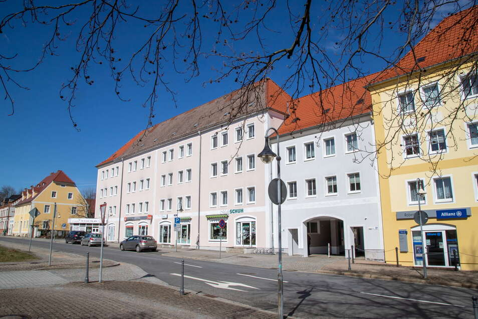 Einen neuen Anstrich und ein neues Dach soll dieses Jahr das linke Wohngebäude der GWG an der Poststraße bekommen. Die Gebäude rechts wurden 2019 saniert.