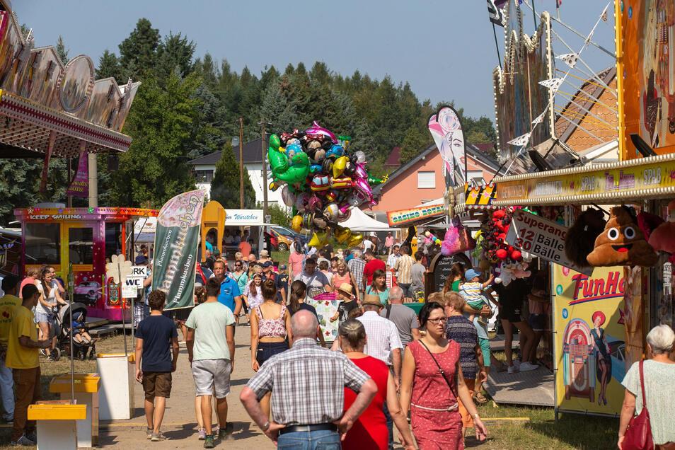 Gewimmel auf dem Jahrmarkt. Mehrere tausend Menschen haben sich das Spektakel am Wochenende nicht entgehen lassen. Noch bis Dienstag darf auf dem größten Volksfest der Region gefeiert werden.